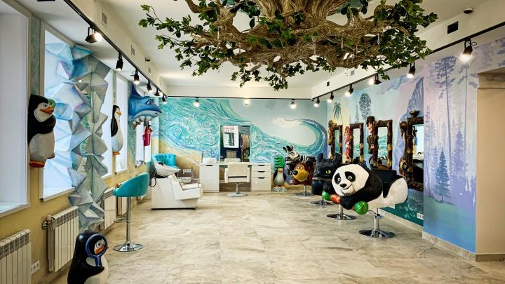 В Новосибирске открылся первый салон красоты только для детей — здесь плетут косы, красят в радугу и делают тату
