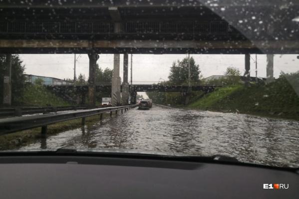 Легковушки разворачивают, чтобы они не утонули под мостом