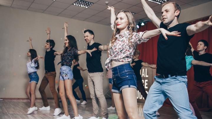 «Плохая координация считается плюсом». Как открыть школу парных танцев там, где мужики не танцуют