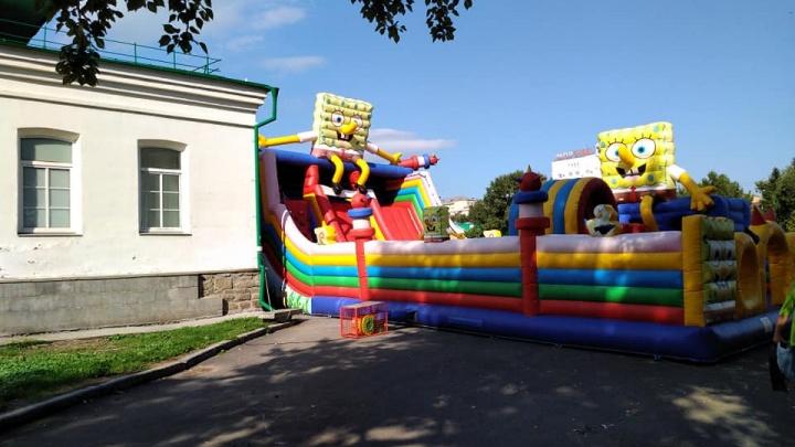 «Мы эту плесень поборем»: мэр Высокинский раскритиковал появившийся в Историческом сквере батут