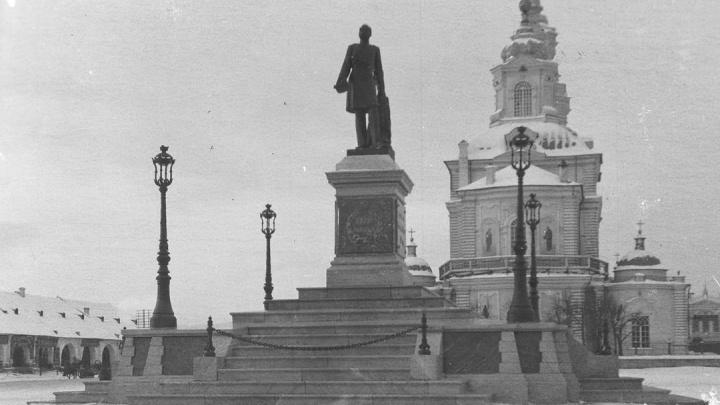 Елочка на костях: екатеринбуржец попросил перенести захоронения с площади 1905 года
