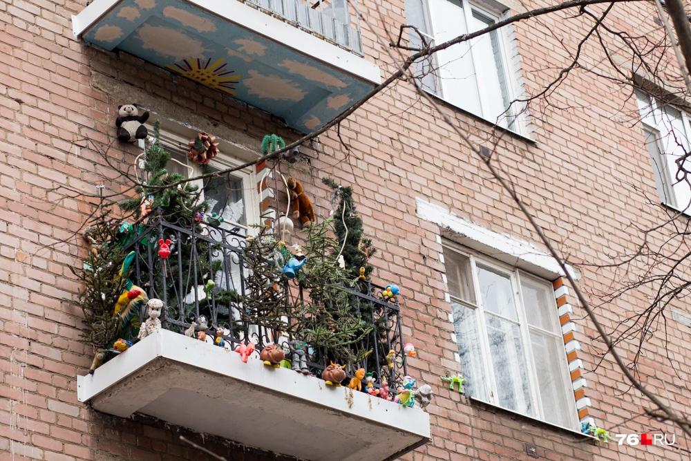 Можете украсить балкон на радость детям, но слушаться все равно придется закона