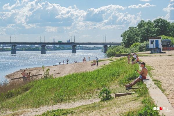 Официальный пляж пока закрыт, но люди продолжают купаться
