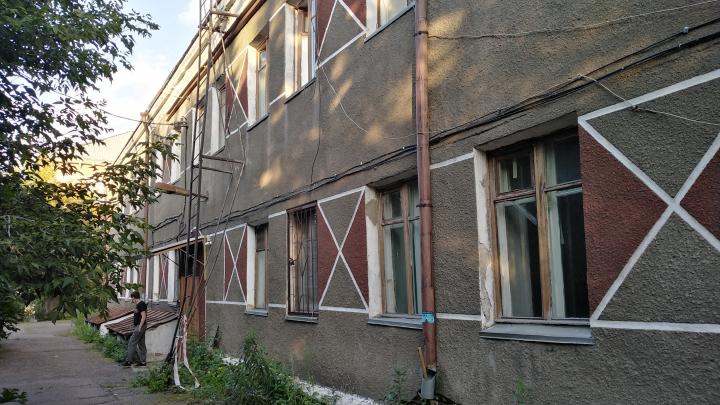 Красноярцев, живущих в доме без крыши, позвали на Первый канал, обещав помочь, но обманули