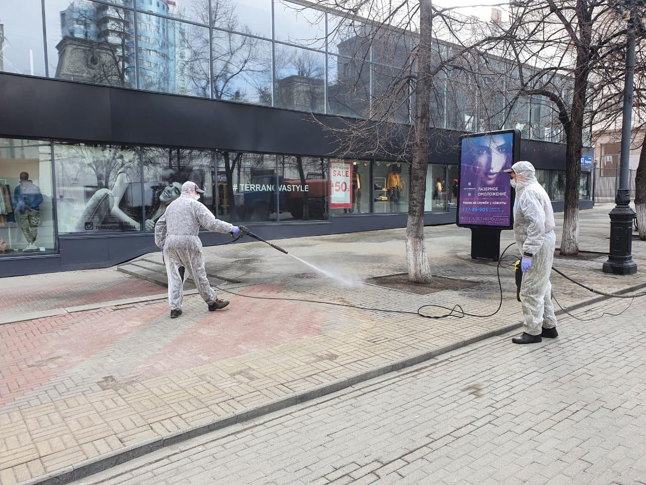 Специальным средством обрабатывают тротуарную плитку