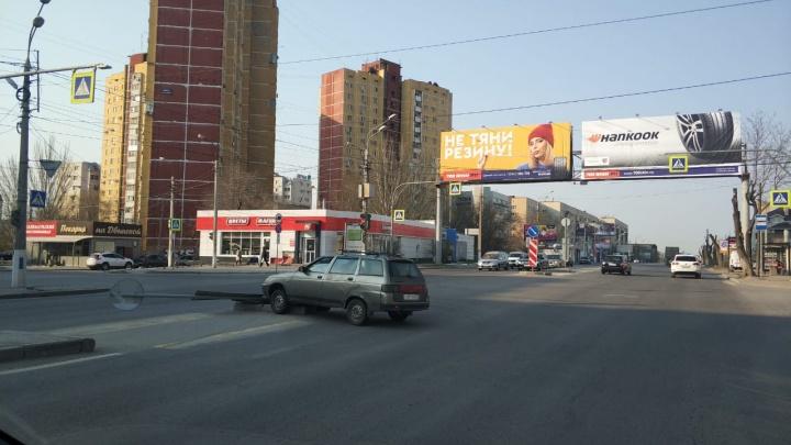 В центре Волгограда легковушка вылетела на островок безопасности