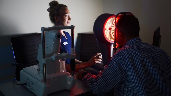 Выбросьте контейнеры для линз: рассказываем, почему лазерная коррекция — это быстрый и безопасный способ вернуть зрение