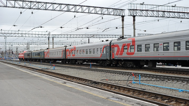 В Тюмени девушка спаслась, едва не попав под идущий поезд