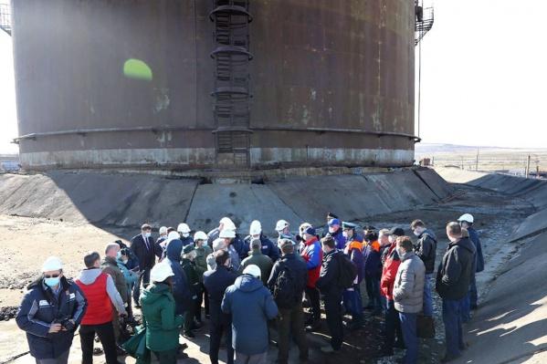Разлив топлива произошел из-за внезапного проседания опор резервуара
