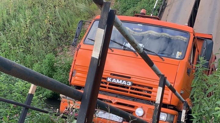 В Кузбассе КАМАЗ сломал мост пополам. Местные власти прокомментировали ситуацию