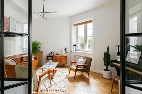 Интерьер квартиры вдохновлён домом, местом и мебелью, которая осталась от предыдущих хозяев — семьи генерала