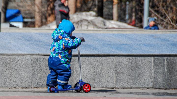 Кому положены путинские 5000 рублей на детей и как их получить — объясняем в карточках