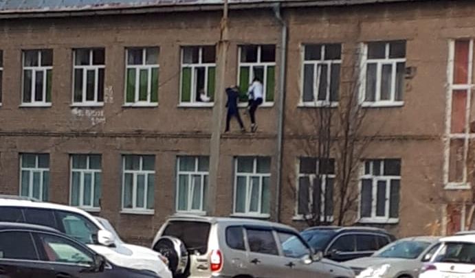 В Уфе ученики одной из школ вылезли из окна и прошлись по карнизу. Очевидец снял видео с места