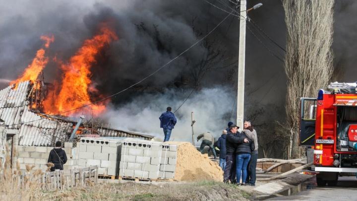 Волгоград оказался в огненном кольце из-за сильного ветра