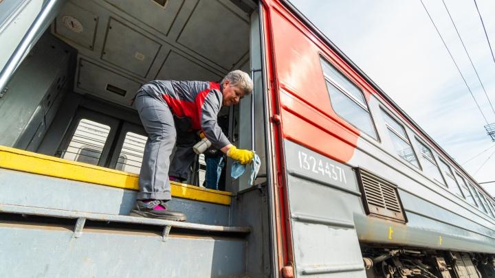 В Перми для профилактики коронавируса электрички моют специальным раствором. Фоторепортаж