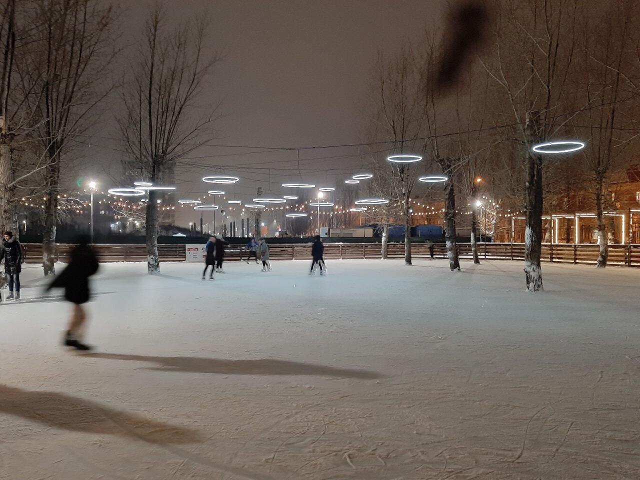 На катке в парке 30-летия ВЛКСМ есть оригинальная подсветка