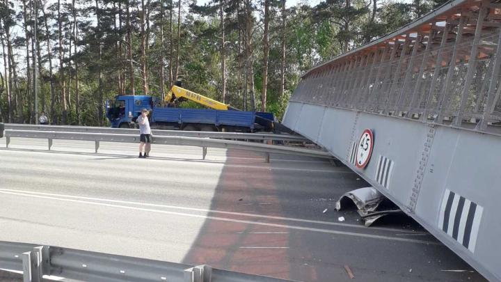 Под Тюменью рухнул пешеходный мост, под завалами оказалась машина