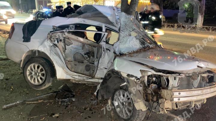 Машины искорежены: в Ярославской области произошло смертельное ДТП. Фото с места