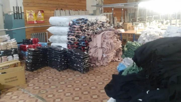 На Урале накрыли швейную фабрику с сомнительной одеждой и нелегальными мигрантами