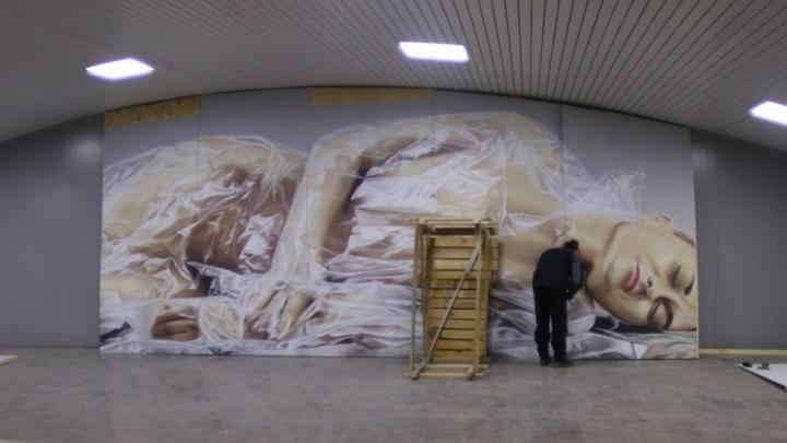 В метропереходе начали делать 17-метровую картину