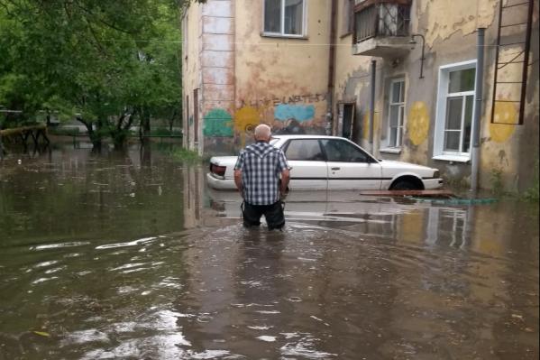 После сильных дождей вода стекается к этому дому и создаёт проблемы его жильцам