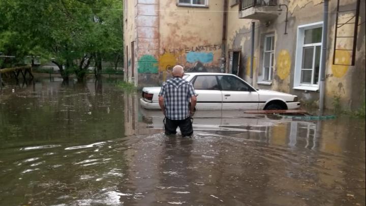 «В квартире воды по колено!»: курганцы просят расселить их из аварийного и затопляемого дождями дома