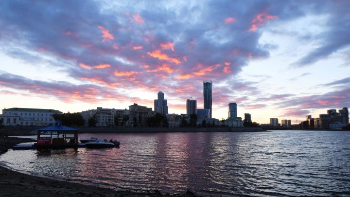 Пестрый закат: атмосферные кадры уходящего солнца над Екатеринбургом