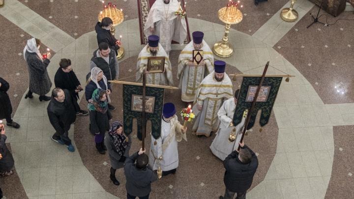 Пермяки возмутились из-за ситуации на пасхальной службе в храме — верующие без масок один за другим целовали крест
