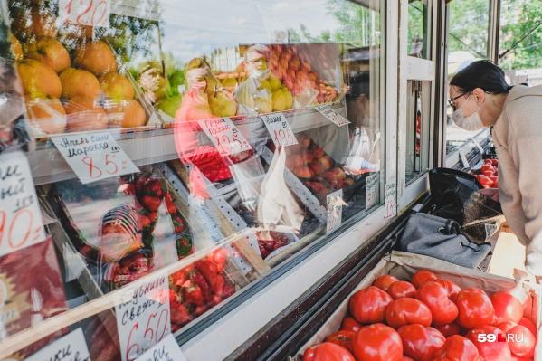 При посещении магазинов и даже уличных палаток необходимо надевать маску