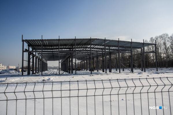 Вдоль въезда в Краснообск со стороны Советского шоссе появился каркас огромного здания