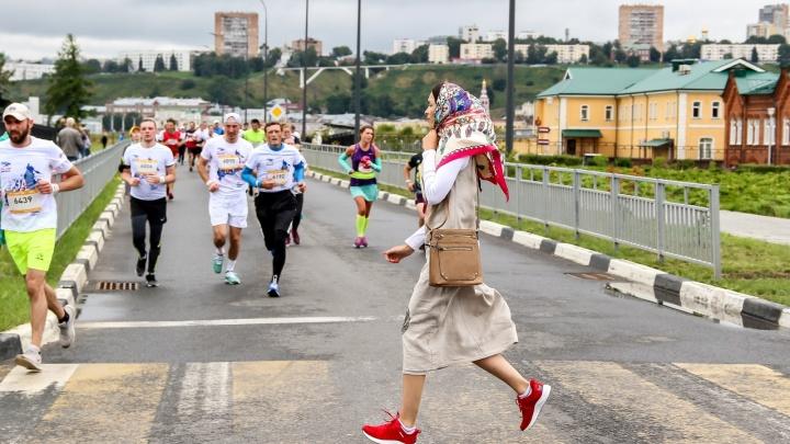 «Беги, герой» в Нижнем Новгороде собрал тысячи участников. Ищем себя на фото