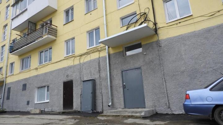 «Несчастливая квартира»: соседи семьи, где нашли девочку в шкафу, рассказали о шумных вечеринках