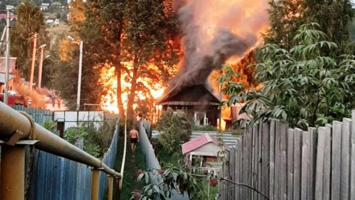 На пожаре в Нижней Васильевке погиб человек. Два дома сгорели полностью