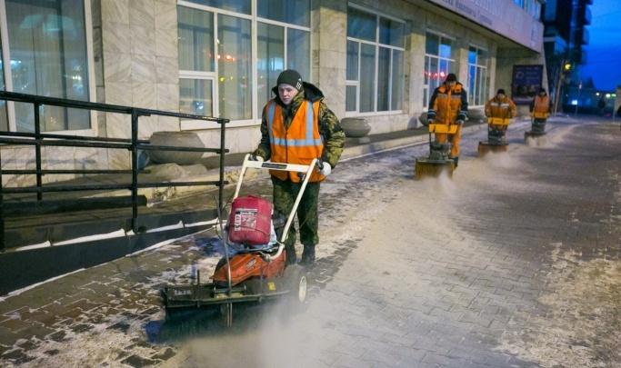 Красноярцев все же решили спросить об отмене реагентов для подсыпки дорог зимой
