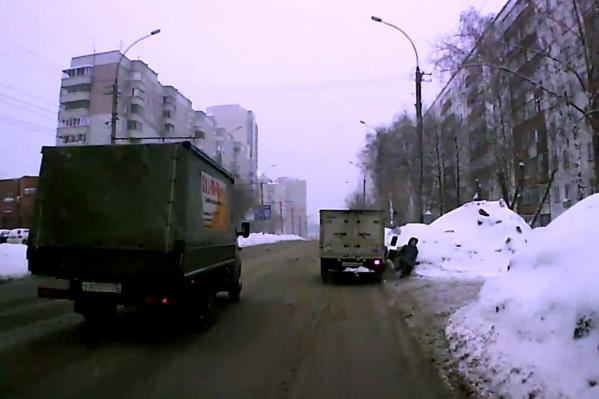Фургон сбивает пешеходов