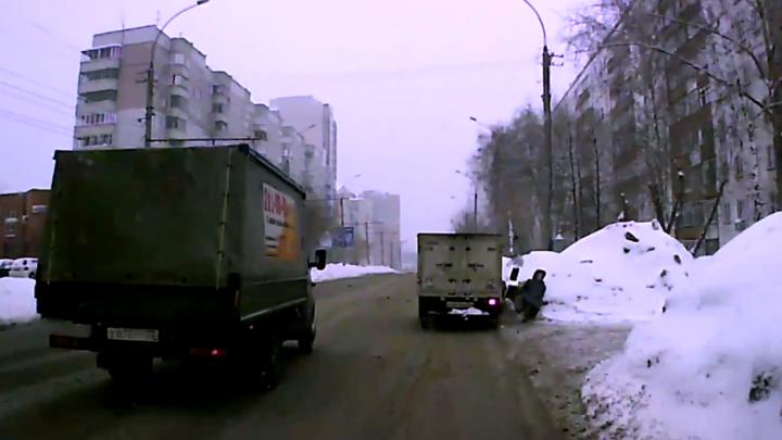 Безумные пешики: один водитель пропустил людей в неположенном месте, а другой их сбил. Смотрим видео