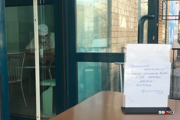 Пока кафе «Узбечка» на Героев Хасана работает на вынос, где-то внутри него грустит один повар. Но меры вынужденные и необходимые
