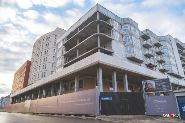 Здание расположено по адресу: Пермская, 33. Сдать его планируют в 2021–2022 годах. Сергей Шамарин считает, что имя Риккардо Гуссони появилось в рекламе для улучшения продаж