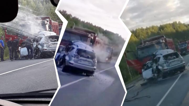 «Водитель никогда не гонял». Что известно о семье, погибшей в ДТП на трассе Тюмень — Ханты-Мансийск