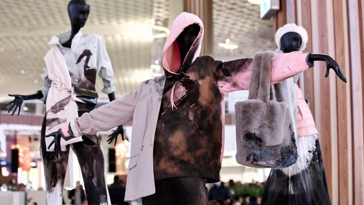 Екатеринбургский уличный художник залил нефтеотходами модную одежду, чтобы привлечь внимание к экологии