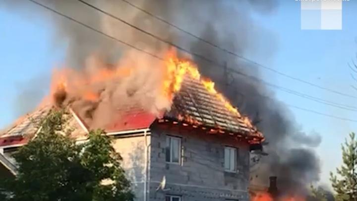 В поселке Решеты под Екатеринбургом загорелись жилые дома: видео