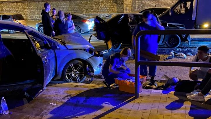 «Гоняла молодежь»: около бара «На дне» на Волжском проспекте произошло массовое ДТП