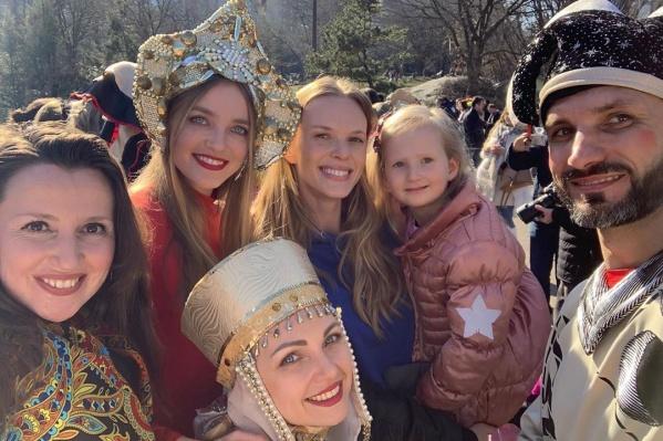 Влада Рослякова (на фото девушка вторая слева) уже много лет живёт в США, но не забывает о своих корнях