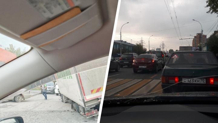 Под фурой на Владимировской провалился асфальт — водители встали в глухую пробку