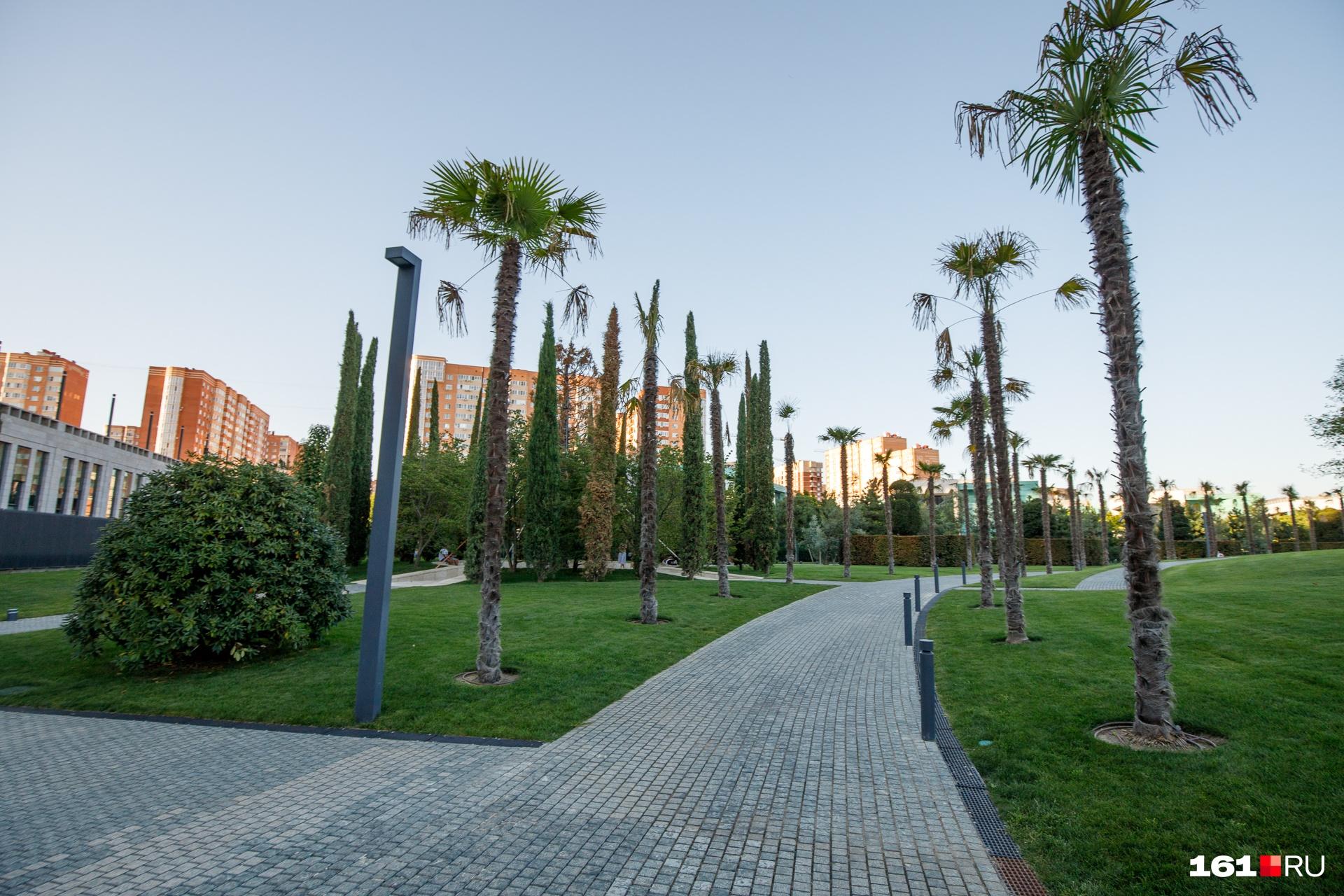 В каждой зоне растут свои деревья. Сначала можно погулять в «тропиках» среди пальм, а уже через пять минут отдохнуть в тени дубов или осин