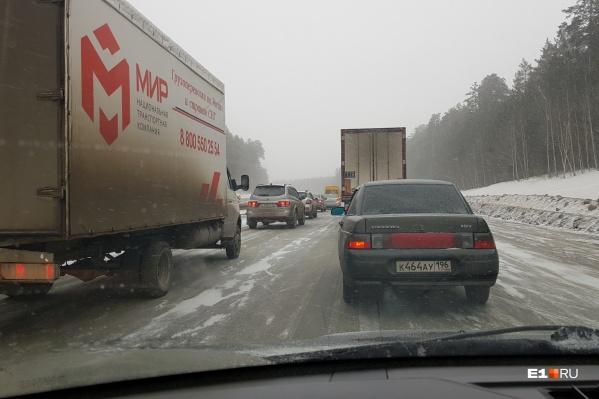 Екатеринбуржцы решили вернуться в город после праздников и застряли на трассах