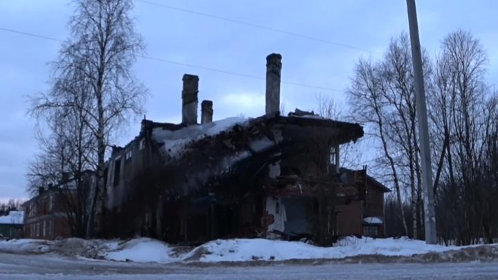Архангелогородец снял на видео обрушение деревянного дома в Маймаксе