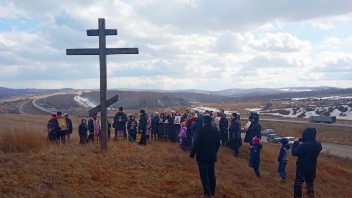 Верующие устроили крестный ход против вируса на автомобилях по окрестностям Красноярска