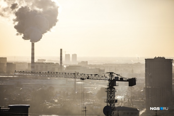 Привычная картина последних месяцев в Новосибирске — город теряется в характерной грязной дымке