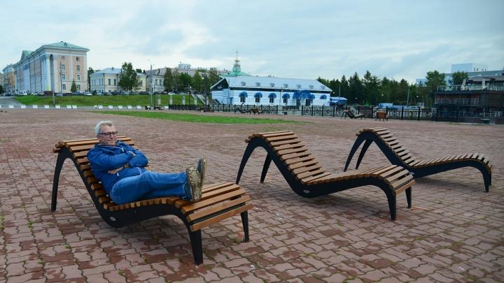 С уходом лета в Архангельске на берегу поставили шезлонги: что об этом думают горожане